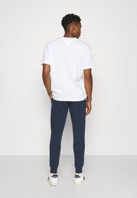 Tommy Jeans - ENTRY GRAPHIC PANT - Pantaloni sportivi - twilight navy - 4