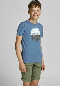 Jack & Jones Junior - JUNGS PINSELSTRICH - Print T-shirt - ensign blue - 1