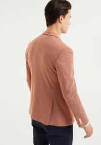 WE Fashion - WE FASHION HERREN-SKINNY-FIT-SAKKO MIT MUSTER - Suit jacket - rust brown - 2