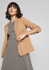 Dorothy Perkins Petite - EDGE TO EDGE ROUCHED SLEEVE JACKET - Blazer - light brown - 3