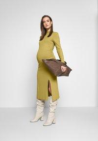 Zign Maternity - Vestido ligero - oliv - 1