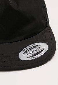 Flexfit - UNSTRUCTURED SOFT VISOR TRUCKER SNAPBACK - Cap - black - 5