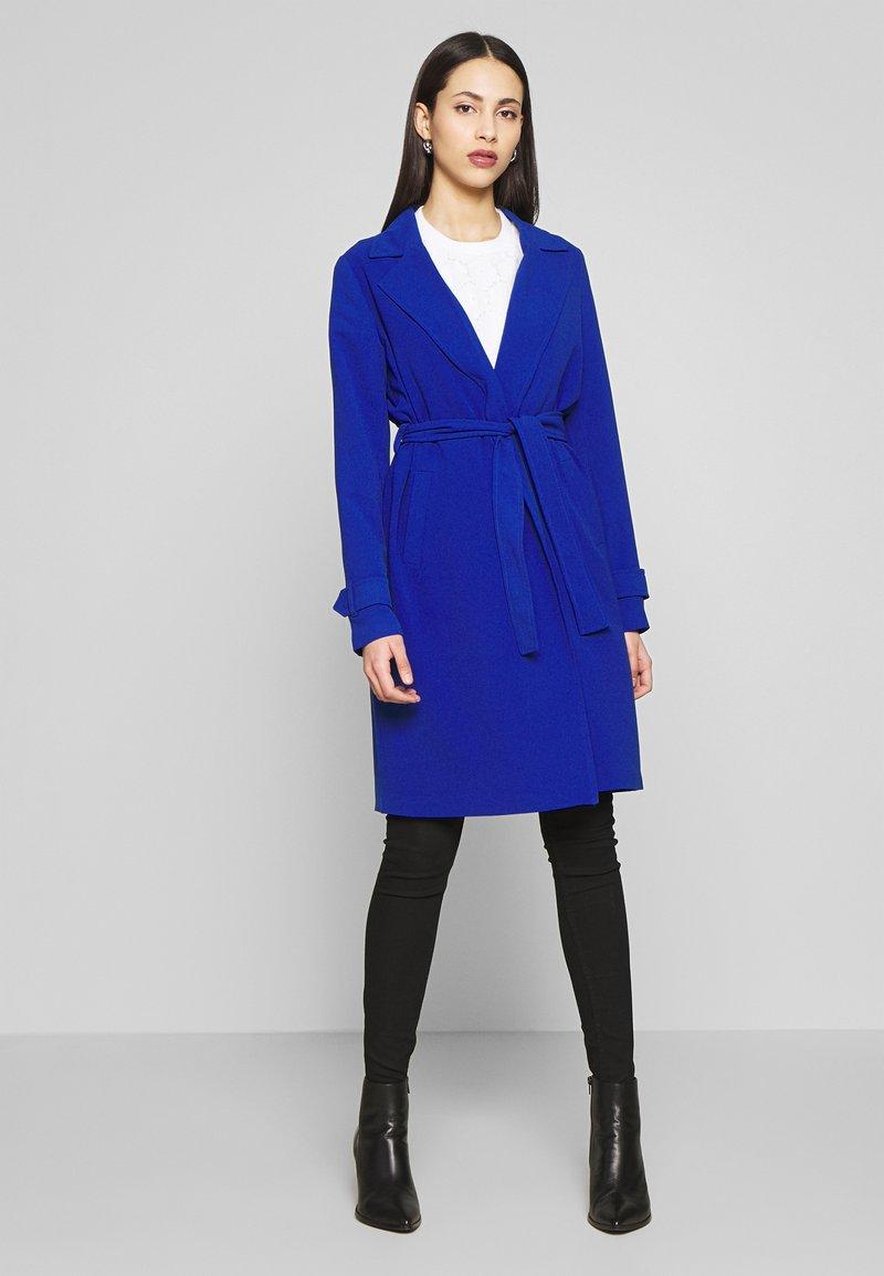 ONLY Tall - ONLUNNA DRAPY COAT TALL  - Kåpe / frakk - mazarine blue
