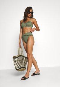 MICHAEL Michael Kors - ICONIC SOLIDS RUFFLED HIGH LEG BOTTOM - Bikinibroekje - army green - 1