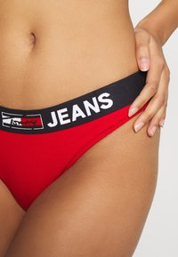Tommy Hilfiger - THONG - Stringit - primary red - 4
