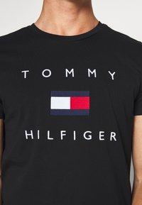 Tommy Hilfiger - FLAG TEE - Triko spotiskem - black - 5