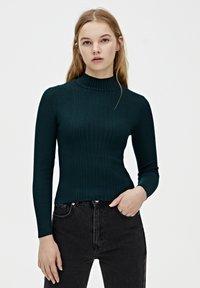 PULL&BEAR - MIT GERIPPTEM STEHKRAGEN - Sweter - dark green - 0