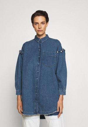 SHIRT DRESS WITH PEARL SHOULDER - Denimové šaty - stone wash