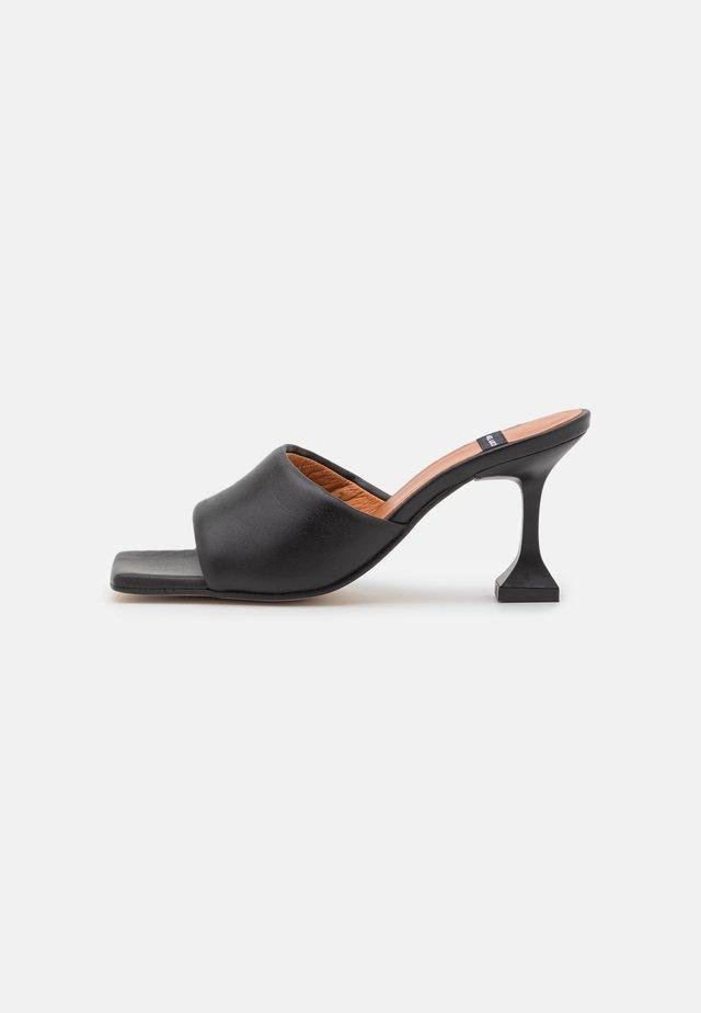 Heeled mules - black
