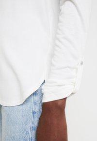 TOM TAILOR - T-SHIRT FABRIC MIX V-NECK - Blouse - whisper white - 4