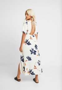 Vero Moda Petite - VMKIMMIE ANCLE DRESS - Maxi šaty - birch - 3