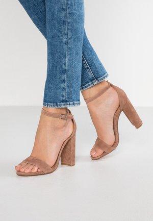 CARRSON - Sandály na vysokém podpatku - tan