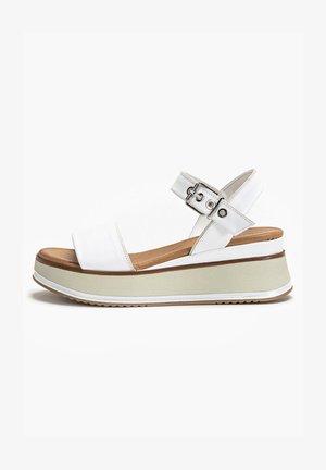 Sandały na koturnie - white wht
