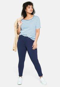 Sheego - Print T-shirt - jeansblau-weiß - 1