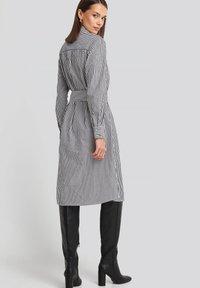 NA-KD - Robe chemise - grey/white - 2
