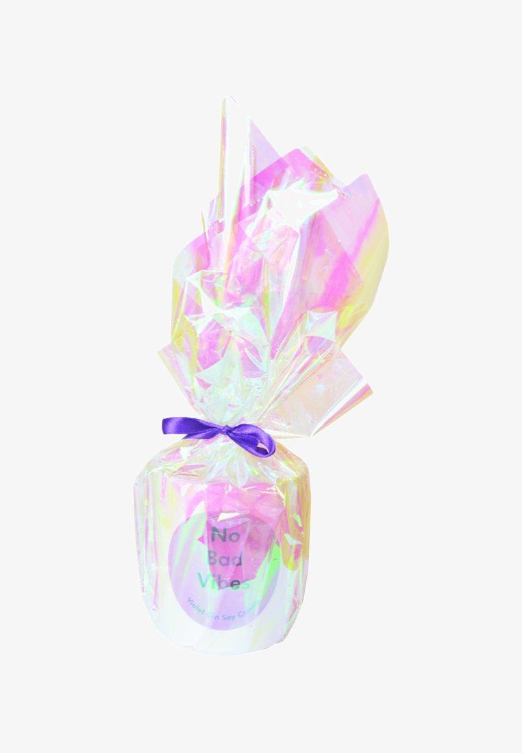 Flamingo Candles - CANDLE - Duftkerze - no bad vibes - white violet gin