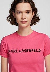 KARL LAGERFELD - T-Shirt print - fuchisa - 3