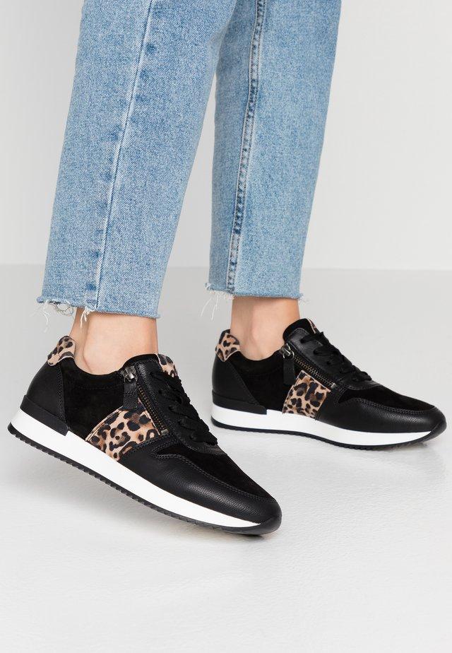Sneakers laag - schwarz/natur