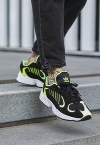 adidas Originals - YUNG-1 - Sneakers - core black/hi-res yellow - 7