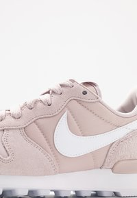 Nike Sportswear - INTERNATIONALIST - Sneakersy niskie - platinum violet/white - 2