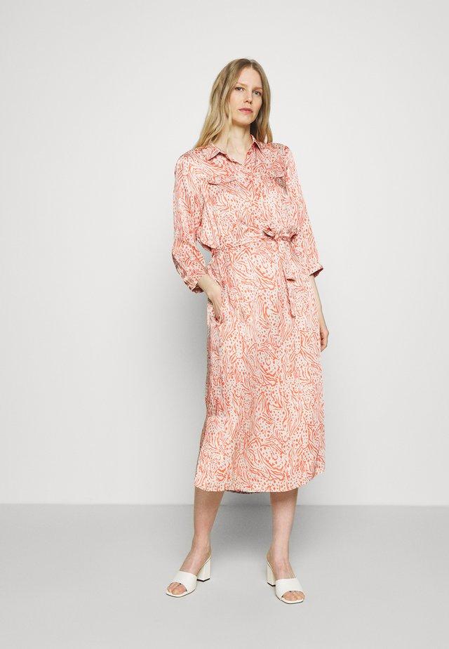 DELPHINE - Vestido camisero - coral