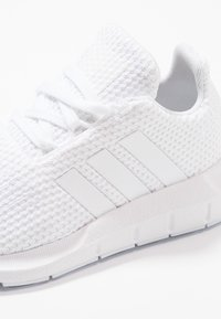 adidas Originals - SWIFT RUN - Trainers - footwear white - 2
