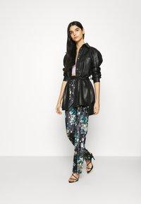 Glamorous - ZIP FRONT FLARE TROUSERS - Bukse - black / velvet - 1