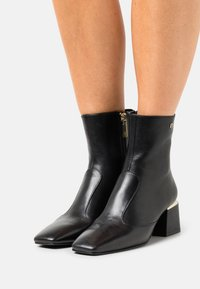 AIGNER - OLIVIA  - Korte laarzen - black - 0