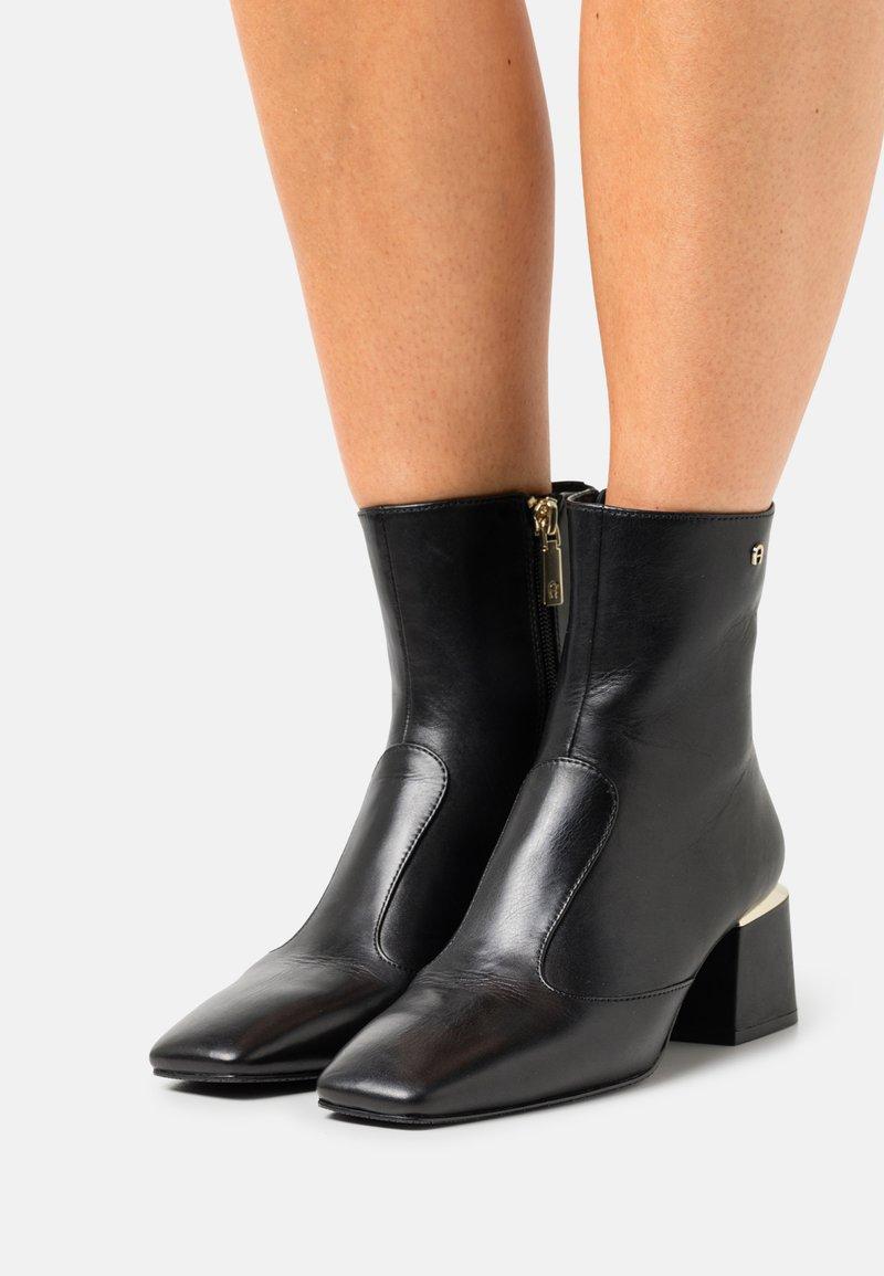 AIGNER - OLIVIA  - Korte laarzen - black