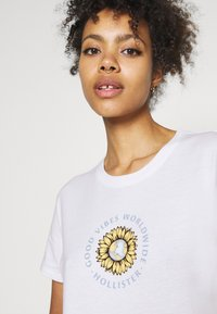 Hollister Co. - GRAPHIC EARTH DAY TEE - T-shirt z nadrukiem - white - 4