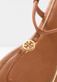 Tory Burch - EMMY  - Sandály s odděleným palcem - ambra - 2