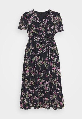 TILLIE CURVE PLEATED MAXI WRAP DRESS - Day dress - midnight blossom