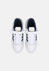 adidas Originals - FORUM LOW UNISEX - Trainers - white/crew navy - 3