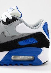 Nike Sportswear - AIR MAX 90 UNISEX - Sneakers basse - white/particle grey/light smoke grey/hyper royal - 2