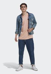 adidas Originals - ABSTRACT TEE UNISEX - Print T-shirt - dust pink - 1