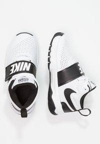 Nike Performance - TEAM HUSTLE D 8  - Basketball shoes - white/black - 1