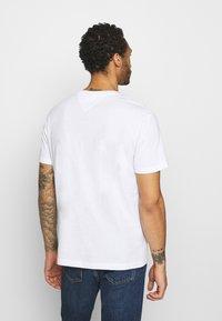 Tommy Jeans - TIMELESS SCRIPT TEE UNISEX - T-shirt med print - white - 2