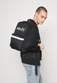 Nike Sportswear - AIR HERITAGE - Mochila - black/black/silver pine - 1
