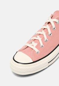 Converse - CHUCK 70 OFF THE GRID - Trainers - pink quartz/bright poppy/egret - 6