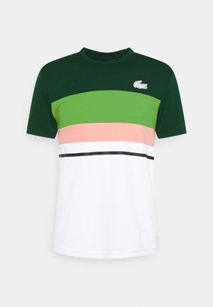 TENNIS - Print T-shirt - swing/whit/malachite elf pink/black