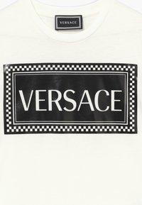 Versace - MAGLIETTA MANICA CORTA - Triko spotiskem - bianco/nero - 3