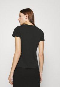 Calvin Klein - SLIM FIT METALLIC LOGO TEE - Triko spotiskem - black - 2