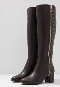 Guess - ADDALIZ - Høje støvler/ Støvler - brown - 4