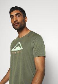 Nike Performance - RISE TRAIL - Camiseta estampada - medium olive/barely volt - 3