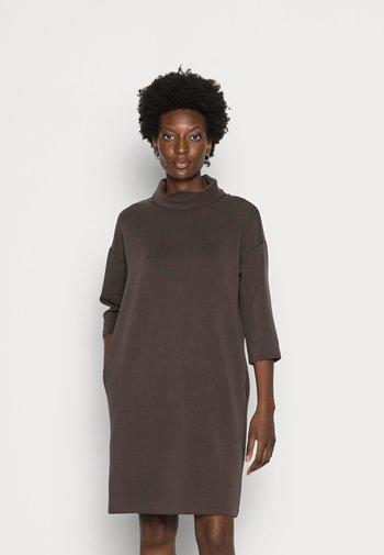 QUPITO - Jersey dress - chocolate