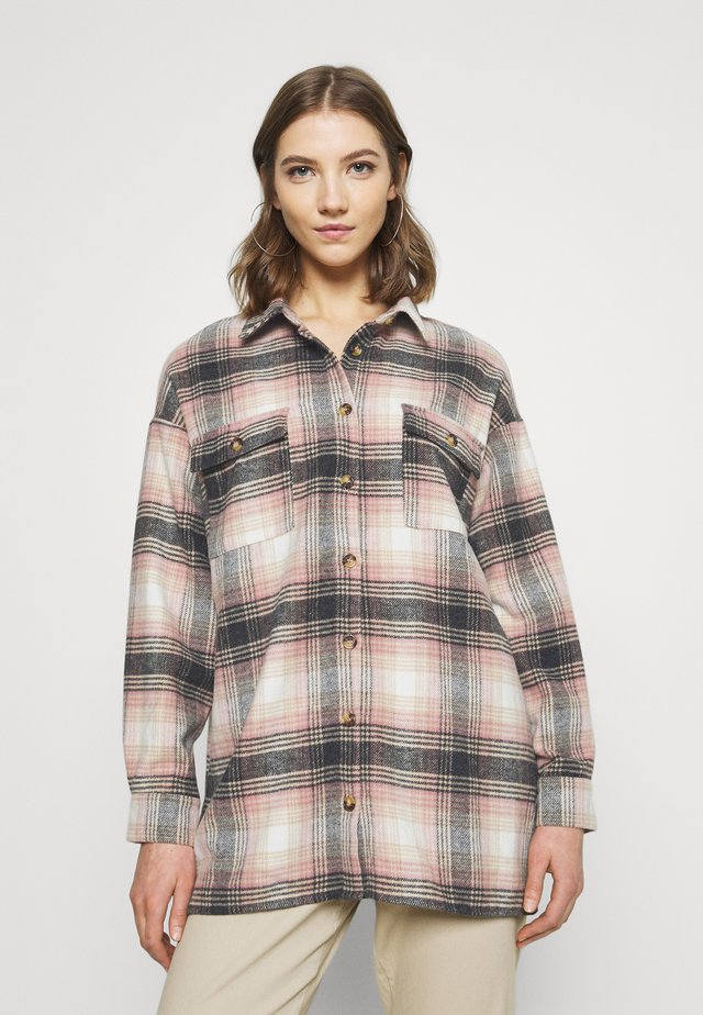 NMFLANNY LONG SHACKET - Camicia - bright white/praline/prism pink