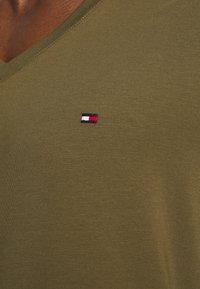 Tommy Hilfiger - STRETCH V NECK TEE - Jednoduché triko - dark olive - 6