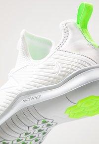 Nike Performance - HYPERFLORA FREE TR ULTRA - Kuntoilukengät - white/metallic platinum/pure platinum/electric green - 5