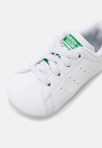 adidas Originals - STAN SMITH CRIB UNISEX - First shoes - white - 4
