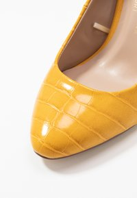 Dorothy Perkins Wide Fit - WIDE FIT DIANA ROUND TOE METAIL BLOCK - Escarpins à talons hauts - yellow - 2
